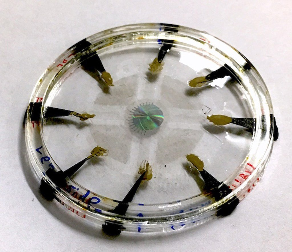 The actual device, in which the adaptive metalens (center) is controlled by embedded electrodes made of carbon nanotubes.