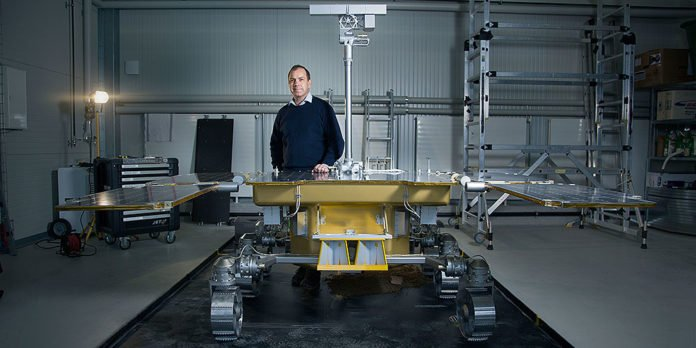 From Witterswil to Mars: Professor Nikolaus Kuhn tests the operation of a specially developed camera with a model of the ExoMars Rover. (Image: University of Basel, Florian Moritz)