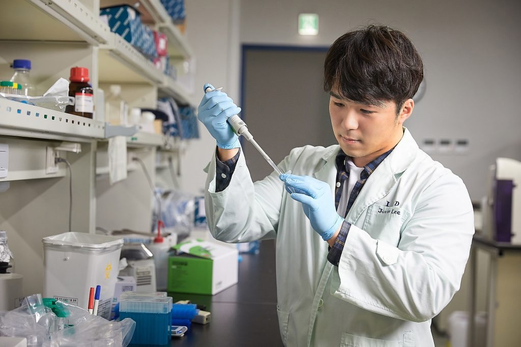 onEBP was first discovered in 1999 by Professor Kwon when he was working as Associate Professor at the Johns Hopkins University School of Medicine. At that time, Professor Kwon, who won recognition through his research in physiology, identified that TonEBP contributes to the regulation of urine and induces inflammation to fight off infections, caused by virus or bacteria.