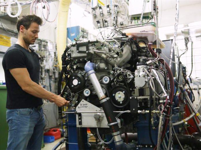 Dominik Pélerin with the full-engine testbed. (Image: Moritz Ermert / TUM )