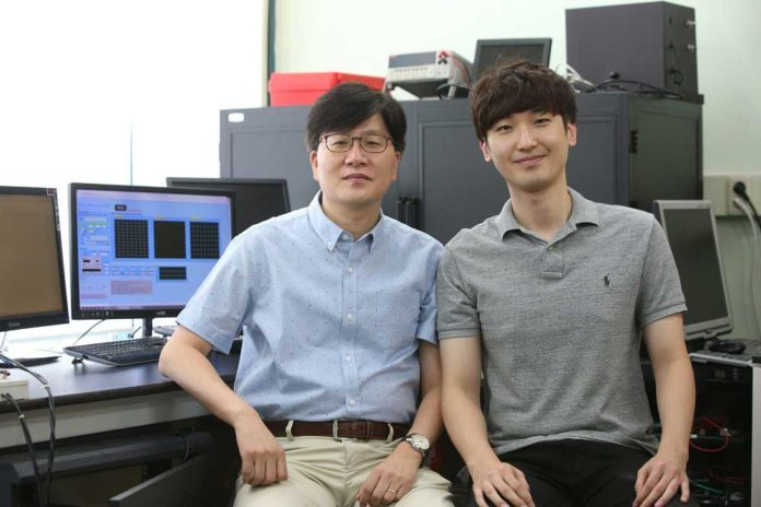(from left: Professor Seunghyup Yoo and PhD candidate Jinouk Song)