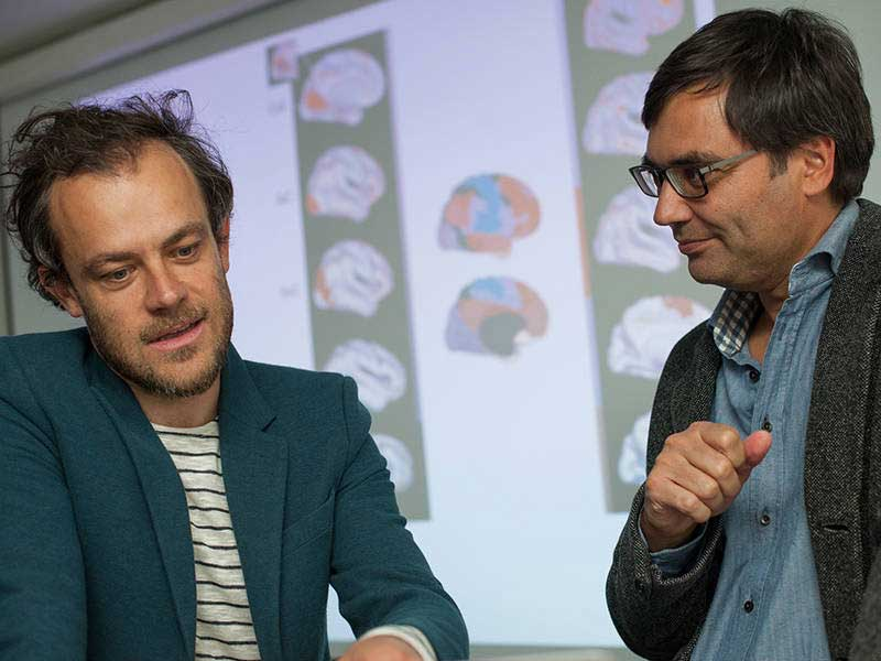 Dr. Valentin Riedl (left), research group leader in the Neuroradiology Department of University Hospital rechts der Isar of the TUM, with his colleague Dr. Christian Sorg. (Image: K. Bauer / TUM)
