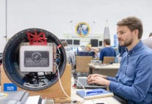 Ralf Engelhardt carries out a function test on the module. (Picture: A. Heddergott / TUM)