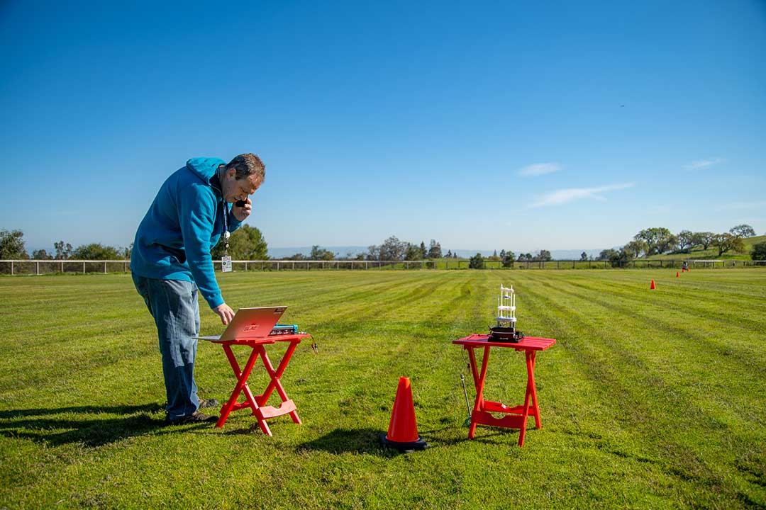 SLAC's Mark Kemp and his collaborators are testing a new antenna for very low frequency (VLF) radiation by sending signals to a transmitter 100 feet away. (Dawn Harmer/SLAC National Accelerator Laboratory)