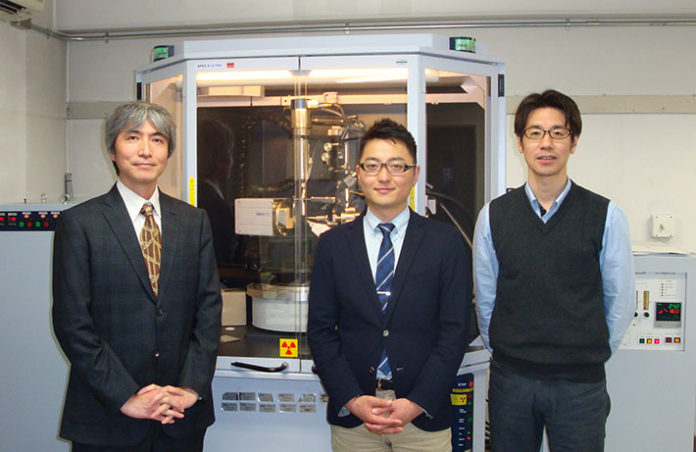 Yoshihisa Sei (left), Masahiro Yamashina (center), and Michito Yoshizawa (right) in front of X-ray diffractometer for crystallographic analysis