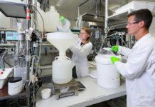 Océane Hames and Lucas Ott in EPFL's Environmental Chemistry Laboratory © Alain Herzog, EPFL