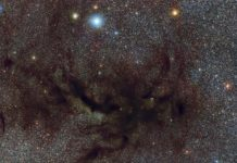 A zoom into the shared disk: this observation of ALMA shows that the proto-binary system [BHB2007] 11 is surrounded by dust filaments, where the southern (brighter) young star accretes more material. Credit: MPE