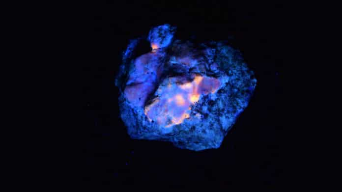 The mystery of a glowing natural stone solved